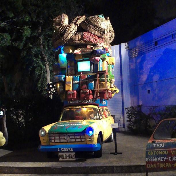 Taxi Démocratie par Zinkpe,  une des installations de l'exposition HOMMAGE, Photo: Maurice THANTAN