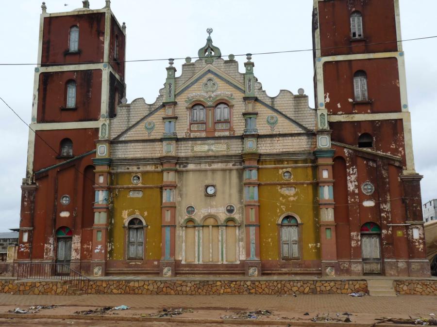 La mosquée centrale de Porto-Novo serait une réplique de la cathédrale catholique de San Salvador de Bahia au Brésil