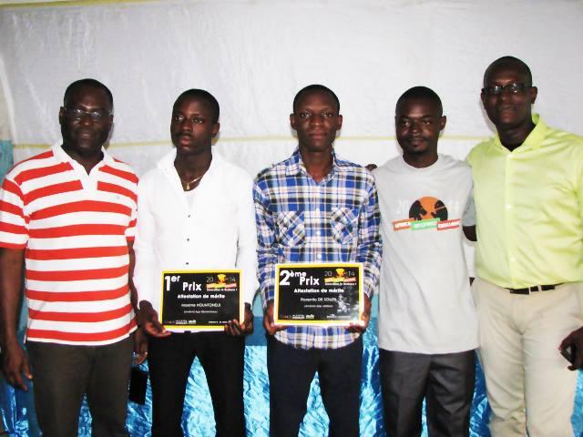 Les vainqueurs de l'Africa Android Challenge Cotonou 2014 entourés des organisateurs