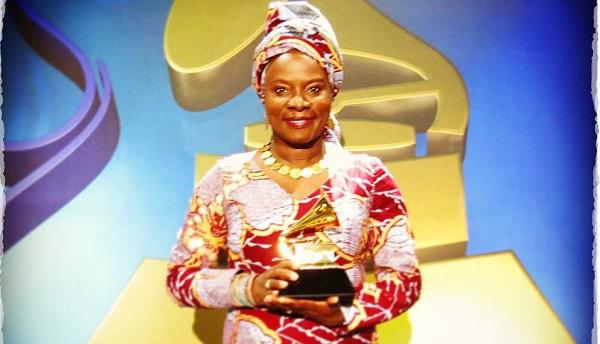 Angélique Kidjo avec son deuxième Grammy Award, dimanche 8 février 2015