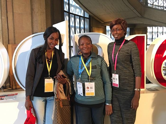 Rosine Kèdédji au milieu de deux participantes maliennes au Sommet du Partenariat pour un gouvernement ouvert à Paris. Photo : Maurice Thantan