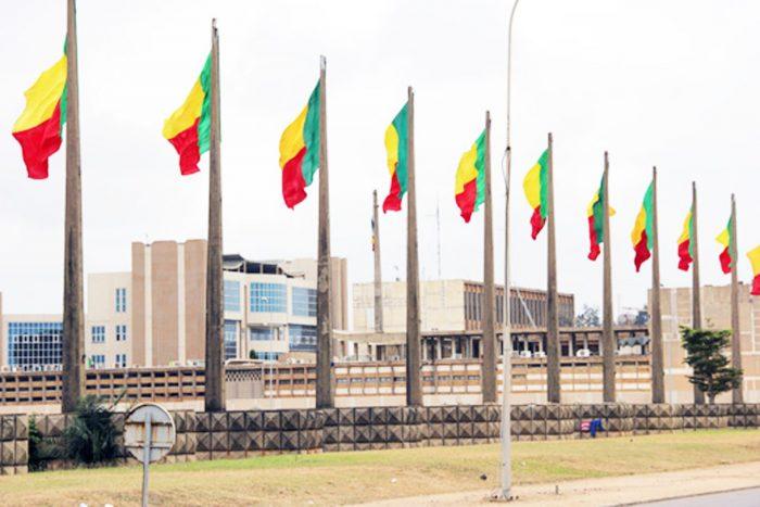 Drapeaux du Bénin hissés sur une place publique à Cotonou. Photo : L'Evenement Précis